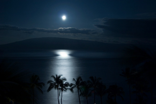 http://meghancarter.com/wp-content/uploads/Full-Moon-Rise-Hawaii.jpg